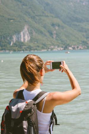 携帯電話で写真を撮る女性の肖像画 写真素材