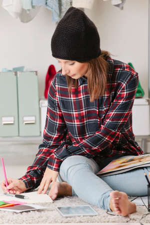 blogger: Young creative woman sitting in the floor with digital tablet