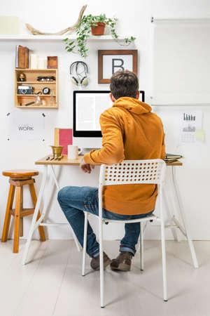 オフィスで創造的な起業家