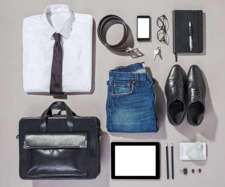 moda: Overhead di elementi essenziali moderna attrezzatura uomo Archivio Fotografico