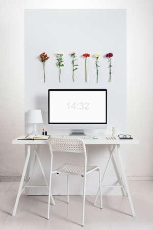 Witte creatief kantoor met bloemen milieu Stockfoto