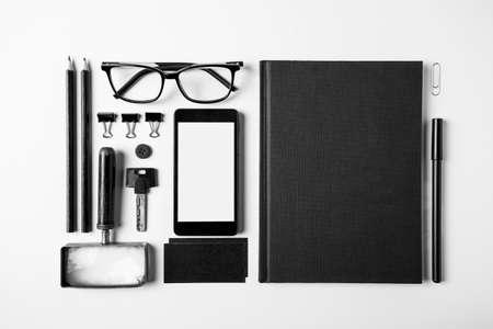 Arriba de lo esencial objetos de oficina en blanco y negro Foto de archivo - 27303121