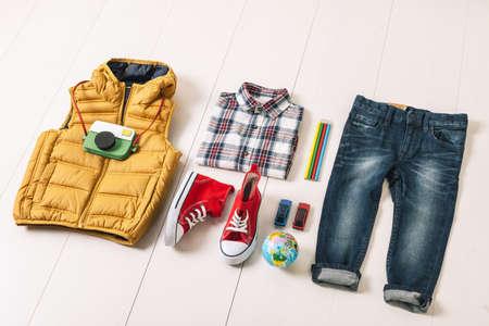 carritos de juguete: Outfit de muchacho ocasional. Foto de archivo
