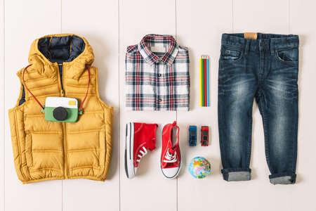 ropa casual: Outfit de muchacho ocasional. Foto de archivo