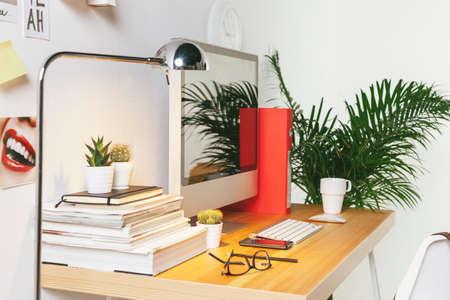Schreibtisch von kreativen Arbeiter. Standard-Bild - 31385789