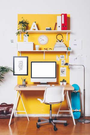 Oficina de trabajo con el ordenador. Foto de archivo - 32083879