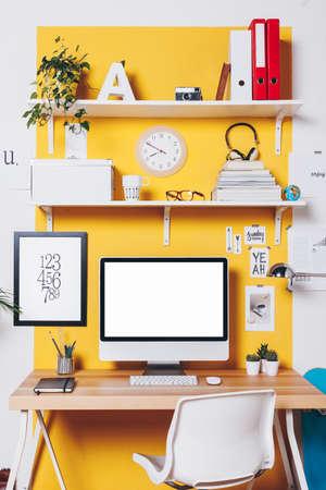 Office werkplek met computer. Stockfoto