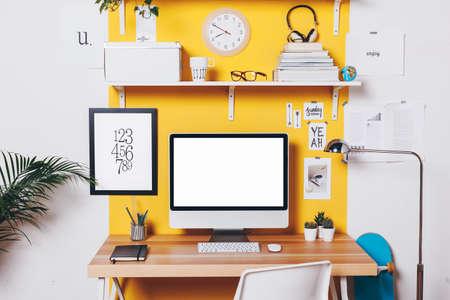 Travail de bureau avec ordinateur. Banque d'images - 32083882