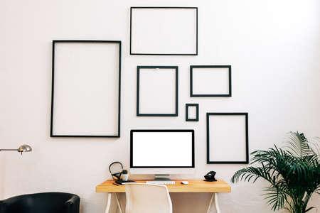 trabajando en casa: Espacio de trabajo creativo moderno.