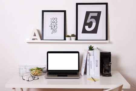 escritorio: Oficina de blanco y negro en casa. Foto de archivo
