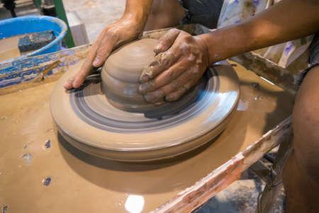 alfarero: alfarero arcilla asi�tico en una rueda de alfarero Foto de archivo