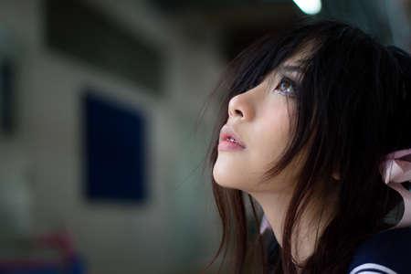 chicas adolescentes: Niña de la escuela asiática con los ojos encantadores Foto de archivo