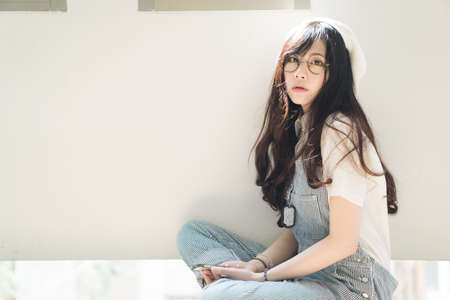 フィルム カラー スタイルで魅力的なアジアの女の子の肖像画