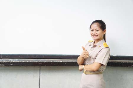 les enseignants thaïlandais en uniforme officiel