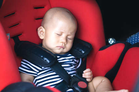 Asian baby sleeping in carseat 版權商用圖片 - 58739843