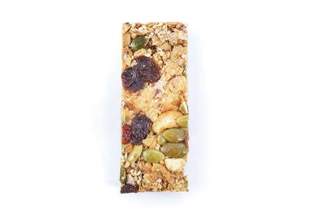 cereal bar: barra de cereal saludable con frutas sobre fondo blanco Foto de archivo