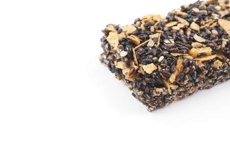barra de cereal: barra de cereales saludables con sésamo negro sobre fondo blanco