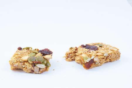 barra de cereal: barra de cereal saludable con frutas sobre fondo blanco Foto de archivo