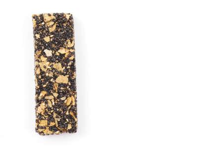 cereal bar: barra de cereales saludables con sésamo negro sobre fondo blanco