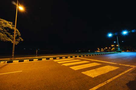 paso de peatones: Paso de peatones en la universidad en la noche