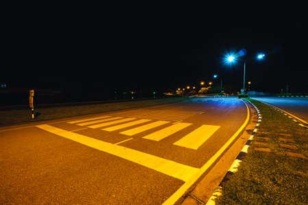 paso de cebra: Paso de peatones en la universidad en la noche