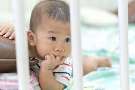 kunststoff rohr: Asian Baby spielen im Bett durch Kunststoffrohr umgeben Lizenzfreie Bilder