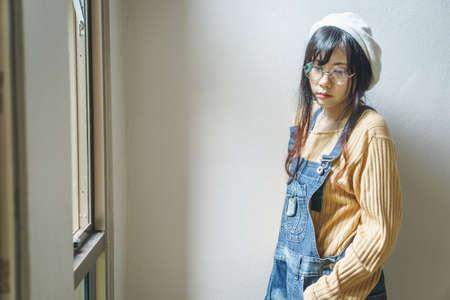 overol: chica con el mono de dril asiáticos encanto