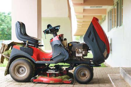 motorizado: cortadora de césped rojo de guardia Editorial