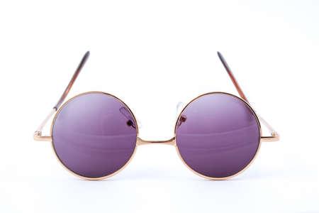 白い背景に分離されたクラシックな丸いサングラス