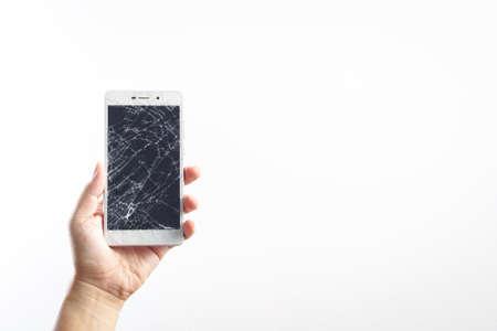 La mano del hombre la celebración de teléfono móvil con la pantalla rota Foto de archivo - 66161691
