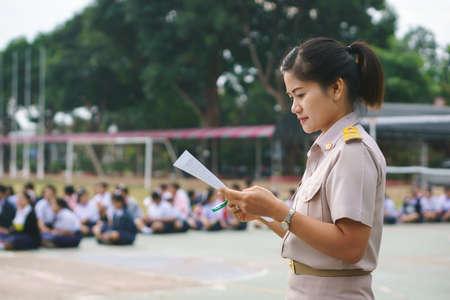 아침 근무제 공식 유니폼을 입은 태국 선생님
