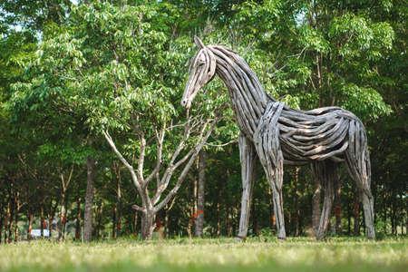 Statua di cavallo di legno fatto di legno di deriva nel parco pubblico tailandese Editoriali