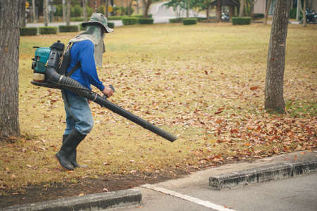 労働者は送風機によって公園で紅葉をきれい 写真素材 - 78267441