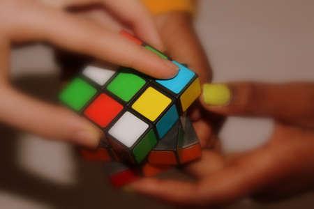 multinacional: Cubo de Rubik, celebrada en manos de 3 multinacionales j�venes Editorial