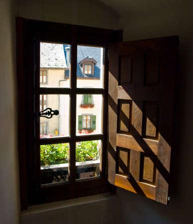 Oude houten venster luiken in monastieke cel