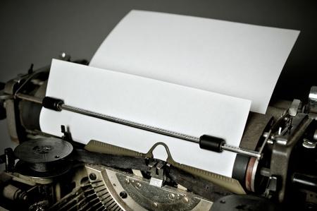 reproductive technology: Vieja m�quina de escribir de la vendimia con el teclado ruso Foto de archivo
