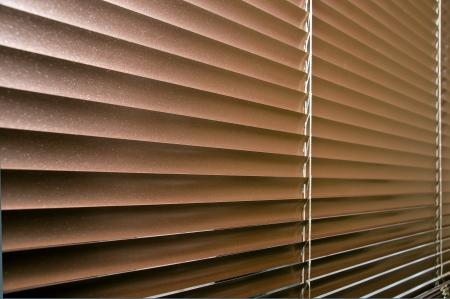 window shade: De aluminio coloreado persianas en la ventana de plastico. Vista en perspectiva.
