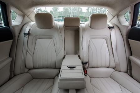 Ivoor kleur luxe stadsauto passagiers interieur.