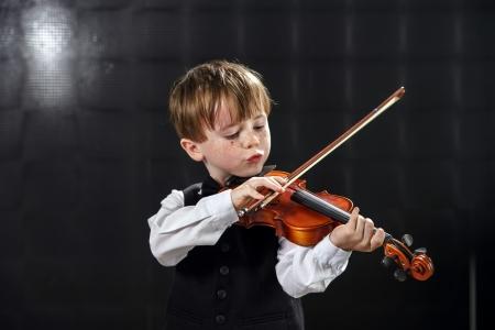 violinista: Chico de pelo rojo pecosa tocar el viol�n. Joven m�sico.