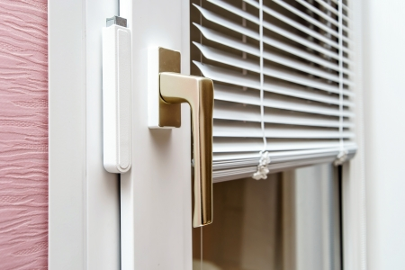 Aluminium blinds on new plastic window with handle