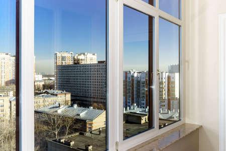 fiberglass: Vista a la ciudad a trav�s de las nuevas ventanas de fibra de vidrio Foto de archivo