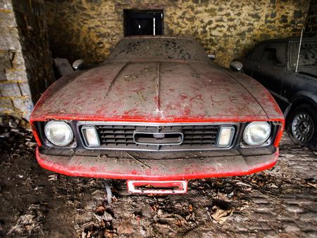 Old retro rusty car in village garage. American style of 70. Standard-Bild