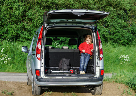 vacance: Little traveller staying in the car luggage. Family travel. Stock Photo