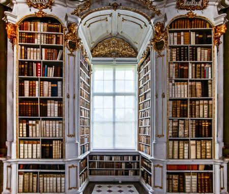 古い修道院、バロック様式のすばらしい最大の図書館