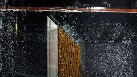 fiberglass: Prueba Chapa de madera por el agua en los perfiles de fibra de vidrio para ventanas Foto de archivo