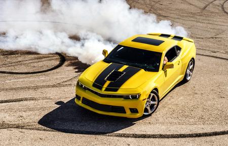 bieżnia: Luksusowe żółty samochód sportowy drifting, motion capture Zdjęcie Seryjne