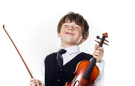 violinista: Niño preescolar pelirroja con el violín, la educación musical