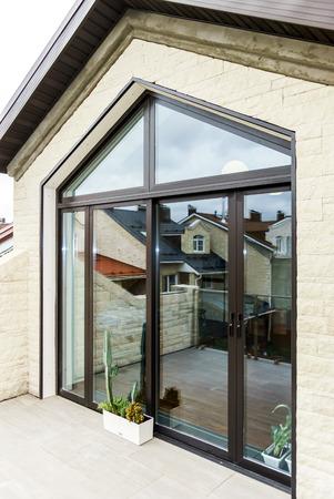新しいアパートのテラスのガラスのドアをスライド 写真素材