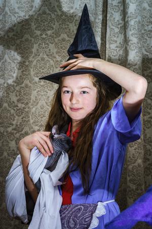 jeune fille adolescente nue: Adolescente en costume de sorci�re avec Sphynx Banque d'images