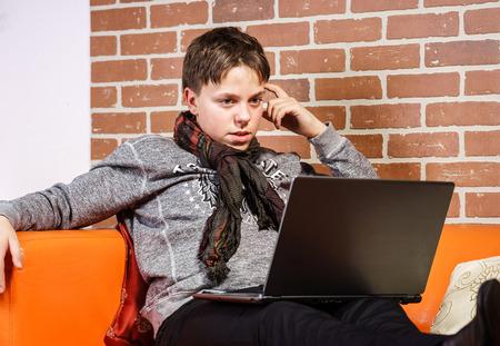 composure: Adolescente lavora al computer portatile. Concentrazione e compostezza. Concetto di successo. Archivio Fotografico